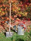 Bewässerungsdose, -spaten und -handschuhe Stockbilder