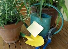 Bewässerungsdose und Post-It Stockfoto