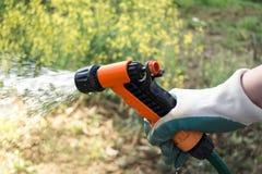Bewässerungsernten auf dem Feld Stockfotografie