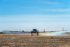 Bewässerungsfeld des Traktors am Bauernhof Stockbilder