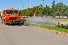 Bewässerungsmaschine der Arbeit auf allgemeinem Park Lizenzfreie Stockbilder