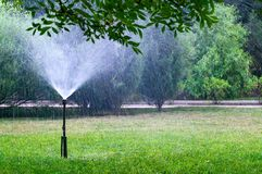 Bewässerungsrasen der alten Berieselungsanlage im Garten Lizenzfreies Stockfoto