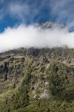 Bewölken Sie Band auf Berg in Nationalpark Fiordland, Neuseeland Lizenzfreies Stockfoto