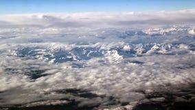 Bewölken Sie Bildungen über den Gebirgsdünnen Wolken und dem weißen Berg