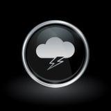 Bewölken Sie Blitzbolzenikone innerhalb des runden Silbers und des schwarzen Emblems Lizenzfreies Stockbild