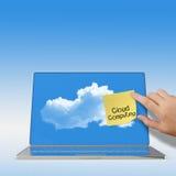 Bewölken Sie Datenverarbeitungswörter auf klebriger Anmerkung mit Laptop-Computer Stockfotos