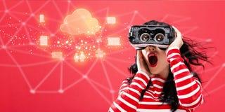 Bewölken Sie die Datenverarbeitung mit der Frau, die einen Kopfhörer der virtuellen Realität verwendet Lizenzfreie Stockfotos