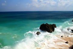 Säubern Sie Himmel und buntes Meer Stockfoto