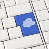 Bewölken Sie Ikone im Blau auf einer weißen Computertastatur Lizenzfreies Stockfoto