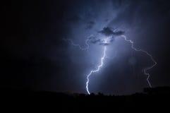 Bewölken Sie sich, um den Blitz zu reiben, der in Richtung zum Boden sich aufspaltet Lizenzfreie Stockfotografie