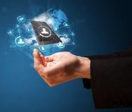 Bewölken Sie Technologie in der Hand eines Geschäftsmannes Stockfotografie