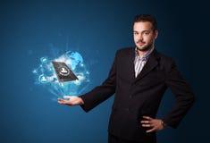 Bewölken Sie Technologie in der Hand eines Geschäftsmannes Lizenzfreie Stockfotos