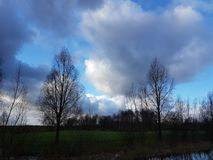 Bewölkt blauen Himmel lizenzfreie stockfotos