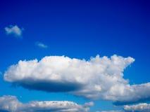 Bewölkt blauen Himmel Stockfoto