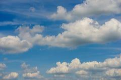 Bewölkt Frühlings-Sommertag der Umwelt des blauen Himmels sonnigen Lizenzfreie Stockfotografie