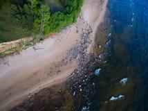 Bewölkt Reflexion in einem nassen Sand Stockfotos