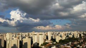 Bewölkt verschönernde Städte Lizenzfreie Stockfotos