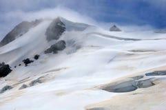 Bewölkte Alpen Stockfotos