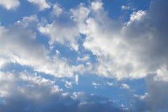 Bewölkte Anordnung im blauen Himmel Lizenzfreie Stockbilder