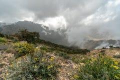 Bewölkte Ansicht von einer der höchsten Erhebungen in Saudi-Arabien: Jebel Sawda stockbild