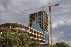 Bewölkte Baustelle mit Kran Stockfoto