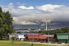 Bewölkte Belgrad-Skyline mit Sava River And The Bridge über Ada Stockfotos