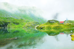 Bewölkte Berge lizenzfreies stockfoto
