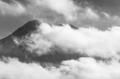 Bewölkte Berge in Schwarzweiss Stockbild