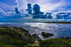 Bewölkte Bildung über Strand mit einem blauen Farbton Lizenzfreies Stockbild