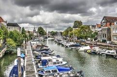 Bewölkte Himmel über dem Jachthafen lizenzfreies stockbild