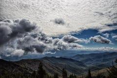 Bewölkte Himmel über den rauchigen Gebirgstälern des North Carolina lizenzfreie stockfotografie