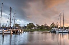 Bewölkte Himmel über Medemblik-Jachthafen stockbild