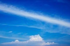Bewölkte Himmel mit einem entspannenden Feiertag Stockbilder
