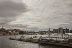 Bewölkte Himmel in Stockholm/im Hafen Stockbilder