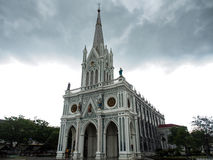 Bewölkte Kirche Stockbild