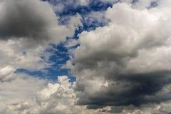Bewölkte Klimabedingung mit Kumuluswolken stockfotografie