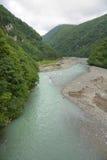 Bewölkte Landschaft des Gebirgsflusses Lizenzfreies Stockbild