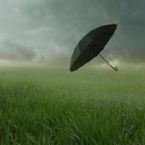 Bewölkte Landschaft mit Regenschirm Stockfotos