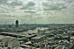 Bewölkte London-Stadtbild-Skyline Lizenzfreie Stockfotografie