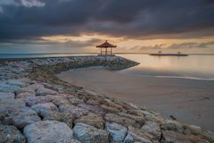 Bewölkte Morgenansicht bei Pantai Karang Sanur Bali, Indonesien stockfoto