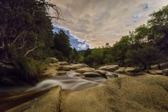 Bewölkte Nacht im Fluss stockfotos