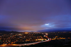 Bewölkte Nacht in Vorstadt-Simi Valley California stockfoto