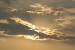 Bewölkte Orange mit Sonnenuntergang Stockbild
