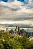 Bewölkte Seattle-Raum-Nadel - Vertikale Lizenzfreie Stockfotografie