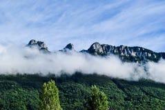 Bewölkte Spitzen in den französischen Alpen Lizenzfreies Stockfoto