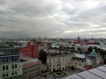 Bewölkte Stadt stockfotografie
