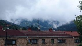bewölkte Stadt verloren in den Wolken Stockfoto