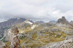 Bewölkte Tagesszene im Nationalpark Tre Cime di Lavaredo mit rifugio Locatelli Stockfotos
