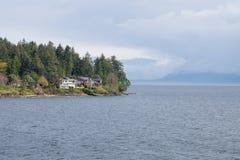 Bewölkter aber sonniger Ozean und Berglandschaft gesehen von Fähre zu Vancouver-Insel lizenzfreies stockfoto