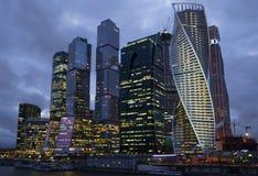 Bewölkter April-Abend der komplexen Moskau-Stadt Stockfotos